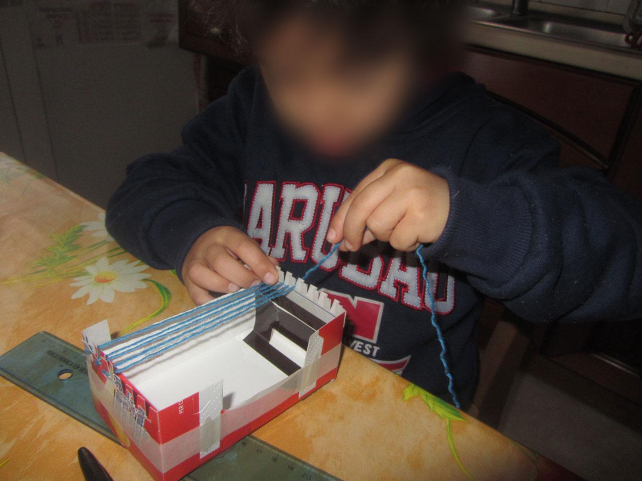 Filippo sistema i fili base nel suo mini telaio